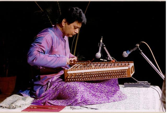 Show the dfference between santoor and hammered dulcimer